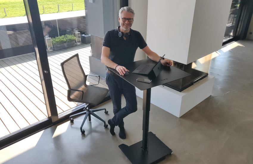 Jens Hohenbild an einem Schreibtisch von Inwerk