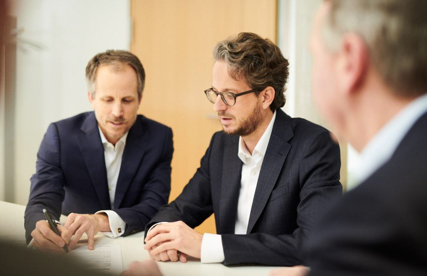Seit 2013 leiten die Co-CEOs Dr. Andreas Sennheiser (links) und Daniel Sennheiser (rechts) das unabhängige Familienunternehmen in der dritten Generation.